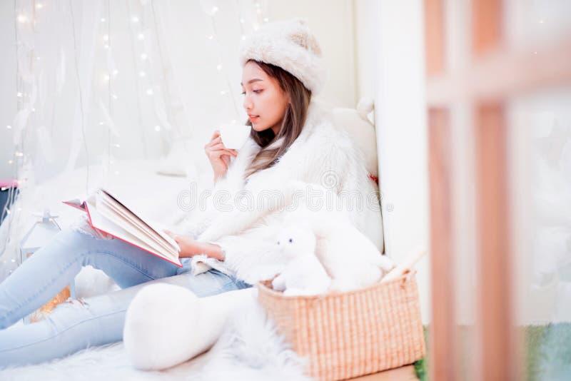 Jeune femme appréciant la saison d'hiver Détente et mode de vie des vacances de Noël photo stock