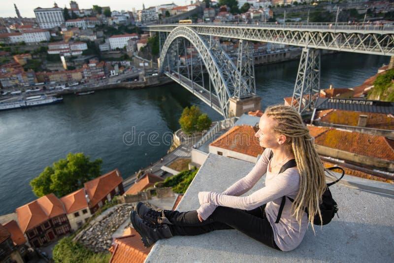 Jeune femme appréciant la vue de la rivière de Douro et du pont de Dom Luis I, Porto photos stock
