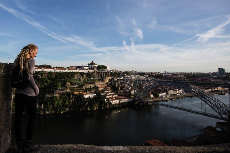 Jeune femme appréciant la vue de la rivière de Douro et du pont de Dom Luis I, Porto photographie stock libre de droits