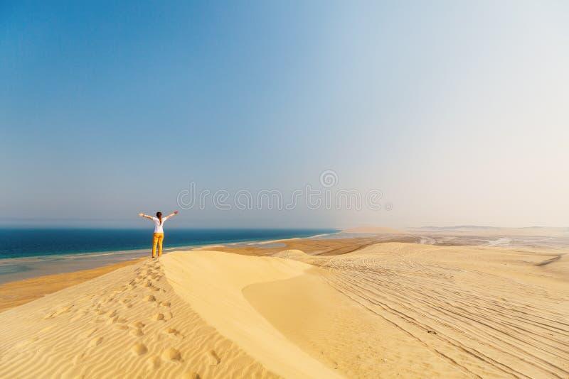Jeune femme appréciant le désert images stock