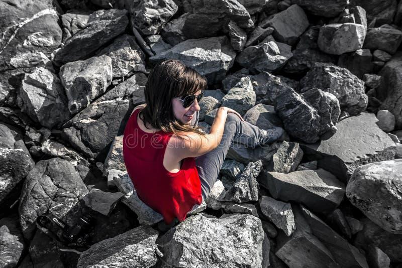 Jeune femme appréciant le jour ensoleillé, Norvège images stock
