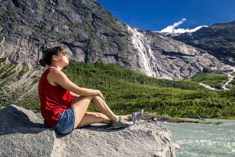 Jeune femme appréciant le jour ensoleillé, Norvège photo libre de droits