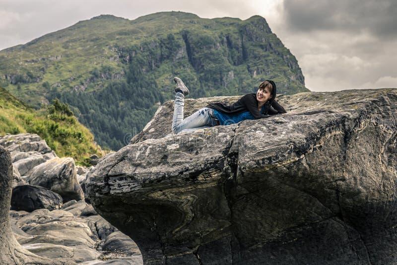 Jeune femme appréciant le jour ensoleillé, Norvège photos libres de droits