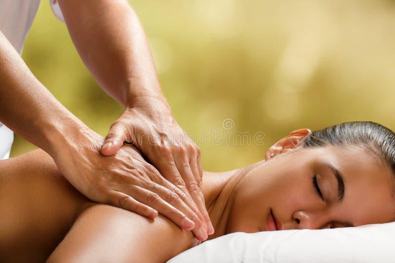 Jeune femme appréciant le massage dans la station thermale images libres de droits