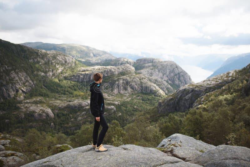 Jeune femme appréciant le paysage photos stock