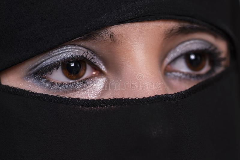 Jeune femme Arabe dans le hijab Plan rapproché arabe de fille Yeux de la fille arabe image libre de droits