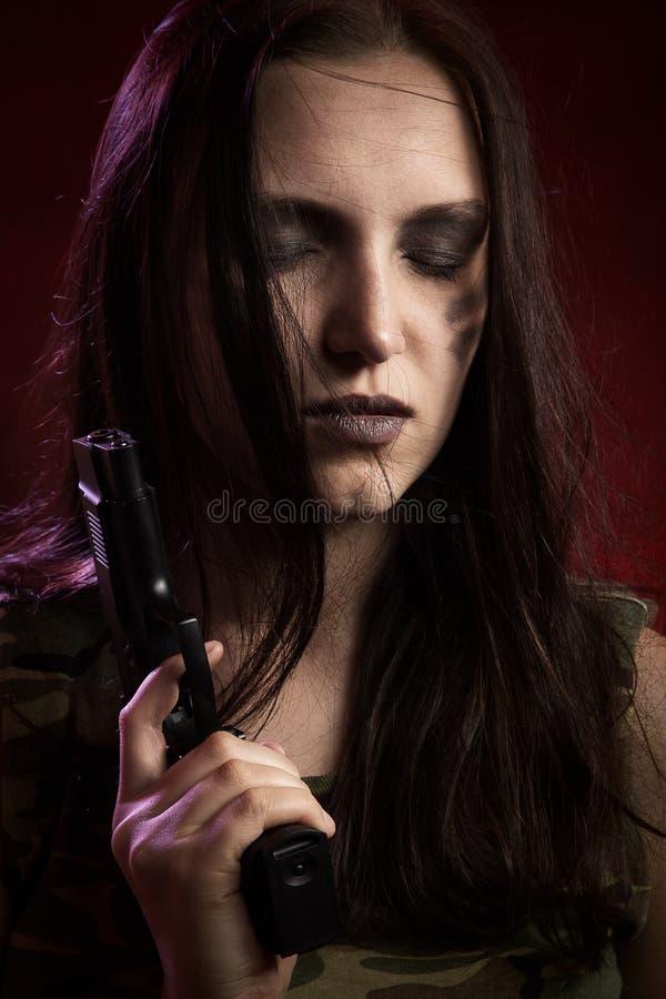 Jeune femme armée images stock