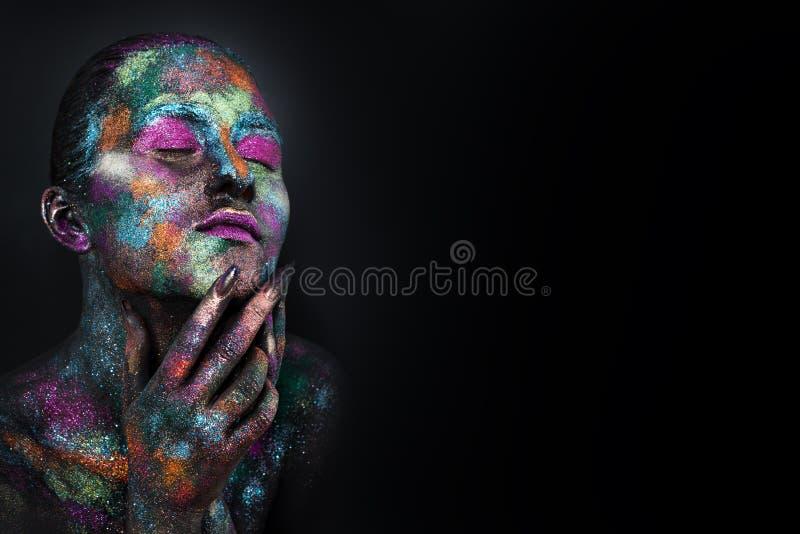 Jeune femme artistique dans la peinture noire et la poudre colorée Maquillage foncé rougeoyant Art de corps créatif sur le thème  photos libres de droits