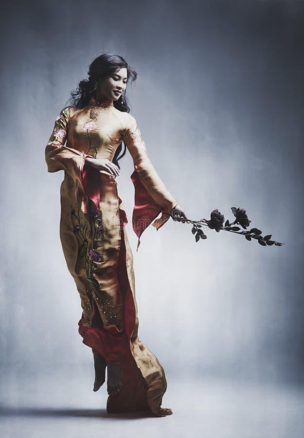 Jeune femme asiatique élégante images libres de droits