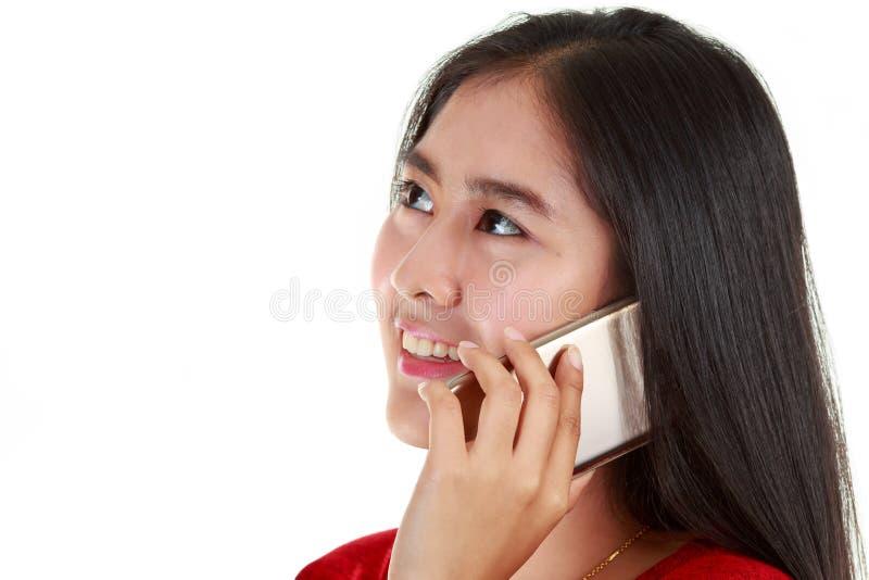 Jeune femme asiatique appelant pour discuter photo libre de droits