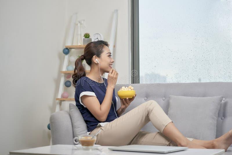 Jeune femme asiatique appréciant des loisirs de musique à la maison et le concept de musique image stock
