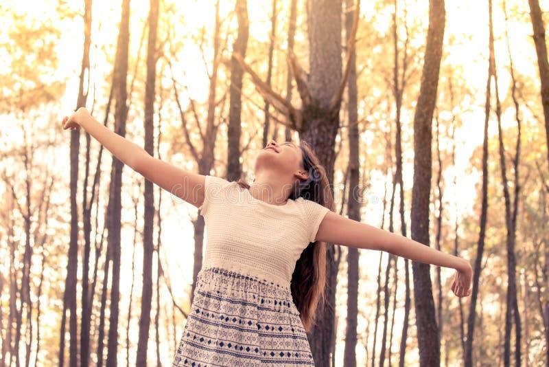 Jeune femme asiatique appréciant la nature en parc de pin photos libres de droits