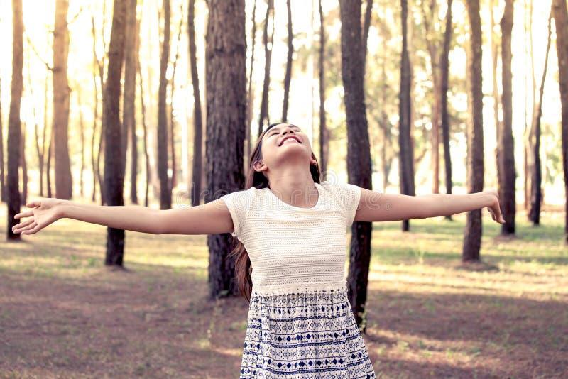 Jeune femme asiatique appréciant la nature en parc de pin photographie stock