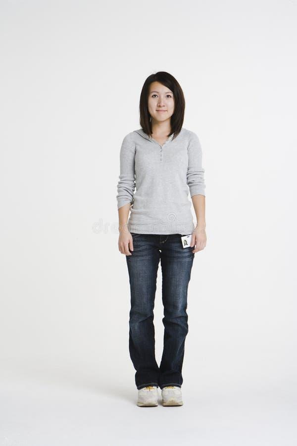 Jeune femme asiatique avec l'insigne de bureau photo libre de droits