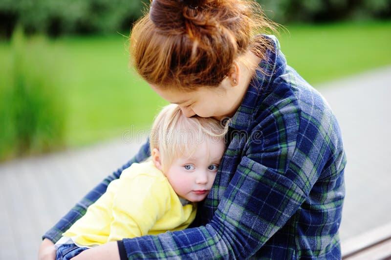 Jeune femme asiatique avec le garçon caucasien mignon d'enfant en bas âge photographie stock