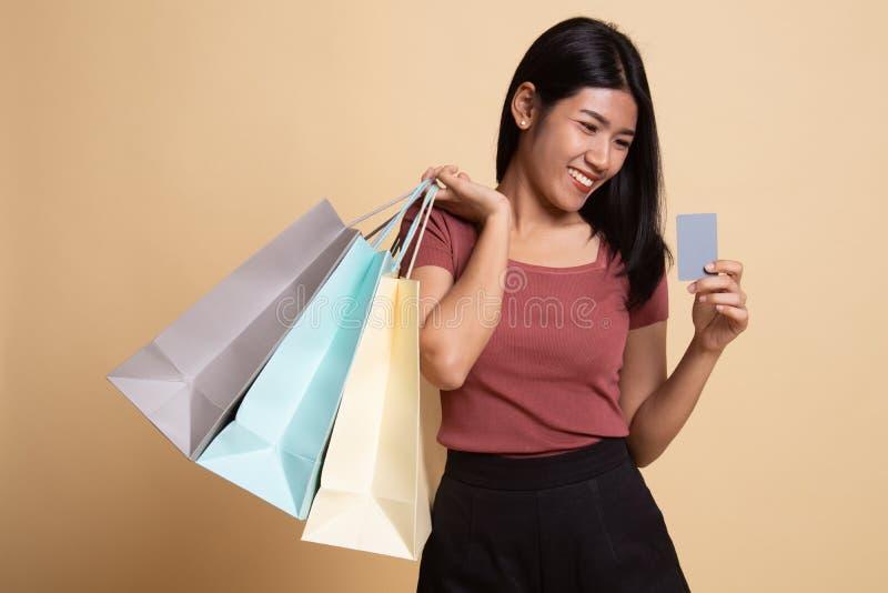 Jeune femme asiatique avec le panier et la carte vierge images stock