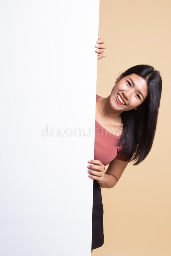 Jeune femme asiatique avec le signe vide photo libre de droits