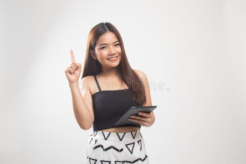 Jeune femme asiatique avec un comprim? d'ordinateur photographie stock libre de droits