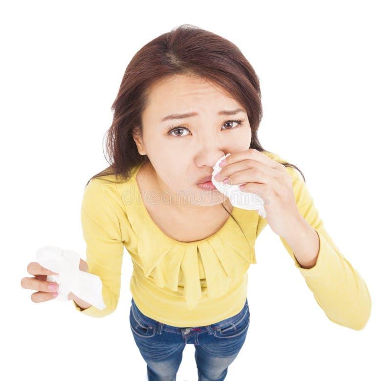 Jeune femme asiatique ayant l'écoulement nasal avec des tissus image stock
