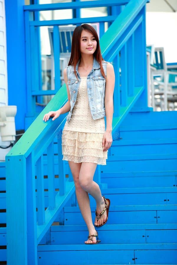 Jeune femme asiatique célibataire photo stock