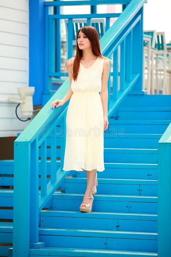 Jeune femme asiatique célibataire images stock