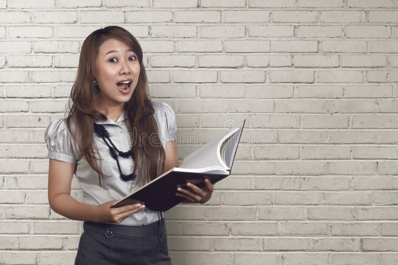 Jeune femme asiatique d'affaires faisant l'expression drôle de visage photo stock