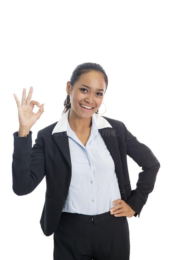 Jeune femme asiatique d'affaires souriant tout en donnant le signe correct photo libre de droits