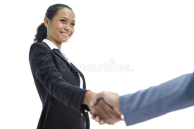 Jeune femme asiatique d'affaires souriant tout en se serrant la main et l'affaire image stock