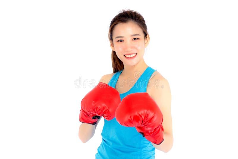 Jeune femme asiatique de beau portrait portant les gants de boxe rouges W photos libres de droits