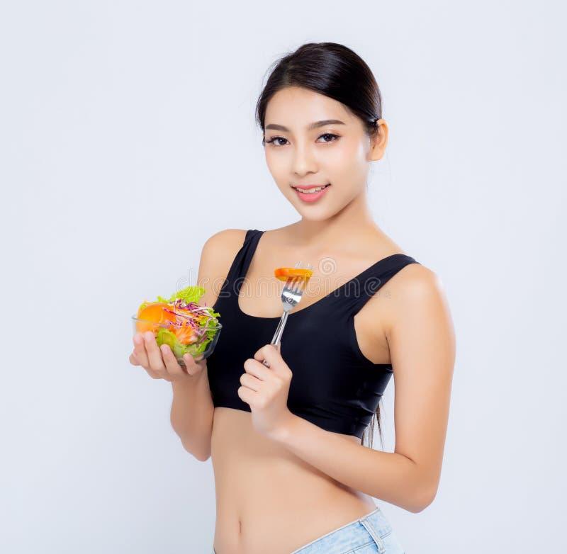 Jeune femme asiatique de beau portrait souriant tenant le veget de salade photo stock