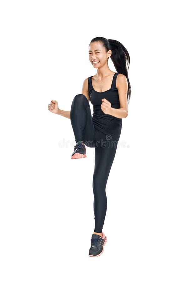 Jeune femme asiatique faisant des exercices de forme physique et le sourire heureux photographie stock