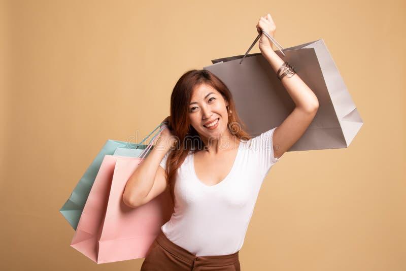Jeune femme asiatique heureuse avec le panier images libres de droits