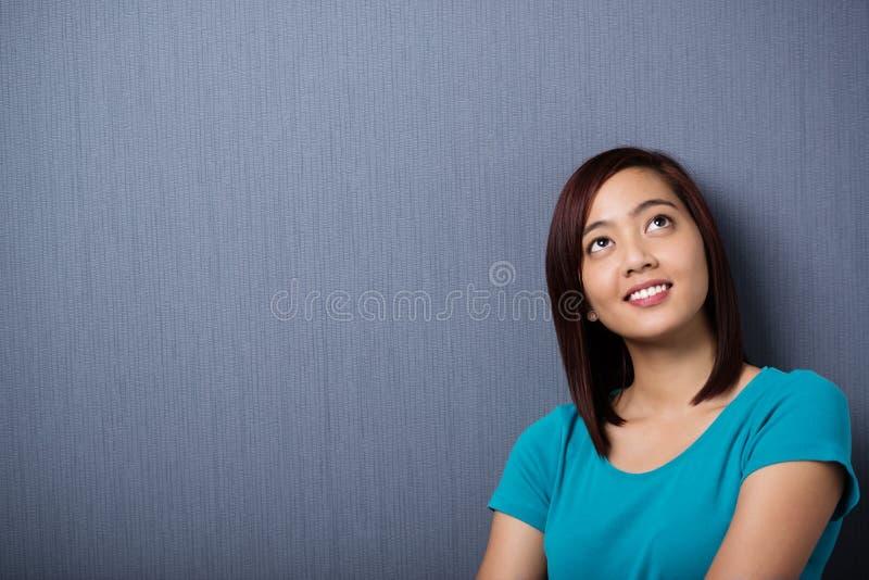 Jeune femme asiatique perdue dans la pensée photos stock