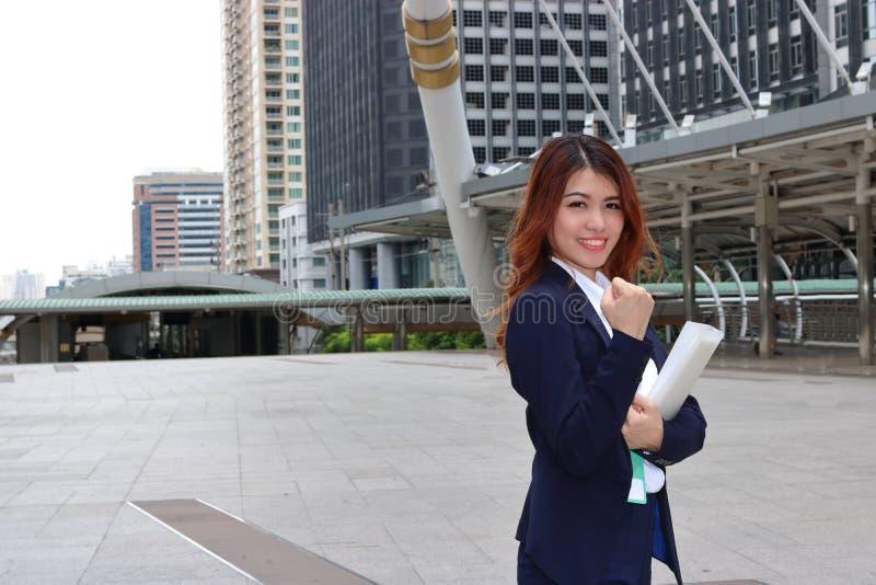 Jeune femme asiatique réussie d'affaires semblant sûre et sourire Concept de femme de chef photos libres de droits