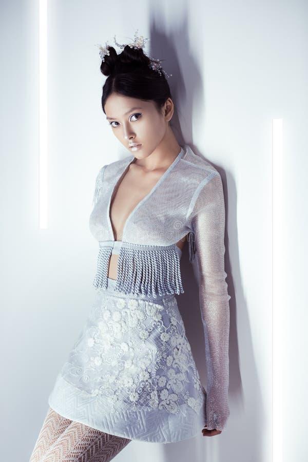 jeune femme asiatique sexy futuriste photo stock image du mode attrayant 87432716. Black Bedroom Furniture Sets. Home Design Ideas
