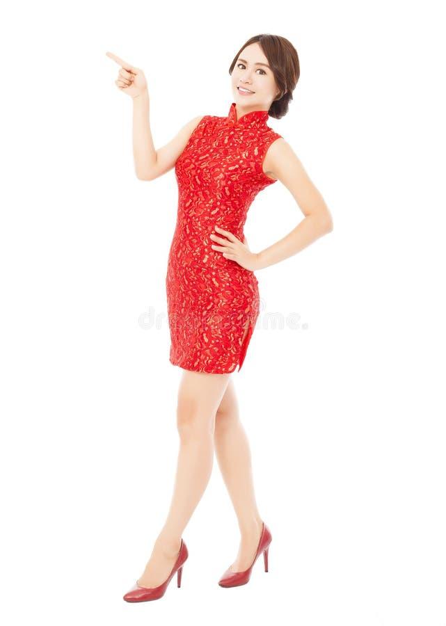 Jeune femme assez asiatique avec la position de cheongsam images libres de droits