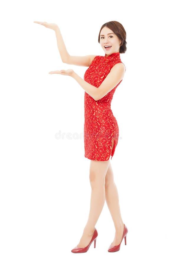 Download Jeune Femme Assez Asiatique Avec La Position De Cheongsam Image stock - Image du beauté, neuf: 45362351