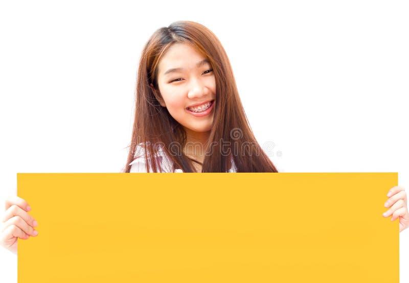 Jeune femme assez asiatique d'affaires tenant un panneau d'affichage jaune dessus images libres de droits