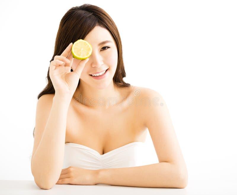 Jeune femme assez joyeuse tenant le citron images libres de droits