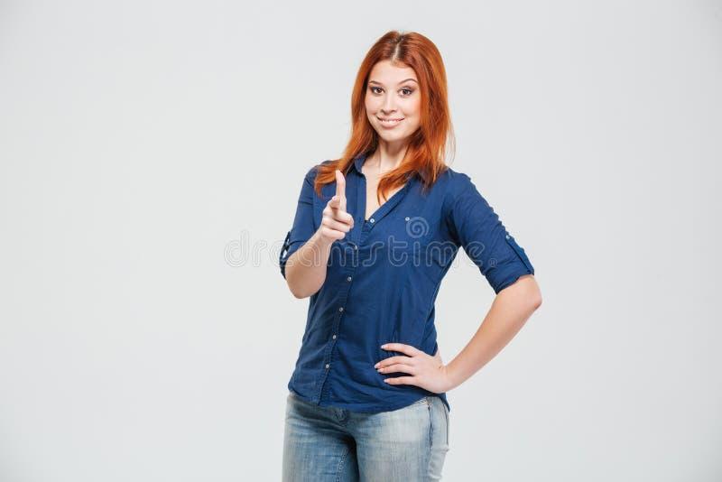 Jeune femme assez rousse heureuse se tenant et se dirigeant sur vous images libres de droits