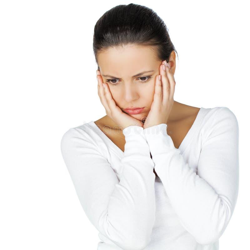 Jeune femme atractive soumise à une contrainte et déprimée de brune, d'isolement photographie stock libre de droits
