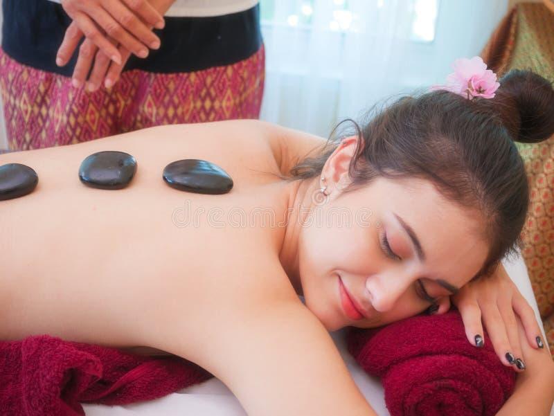 Jeune femme atteignant le massage de visage de station thermale le salon de beauté photo libre de droits