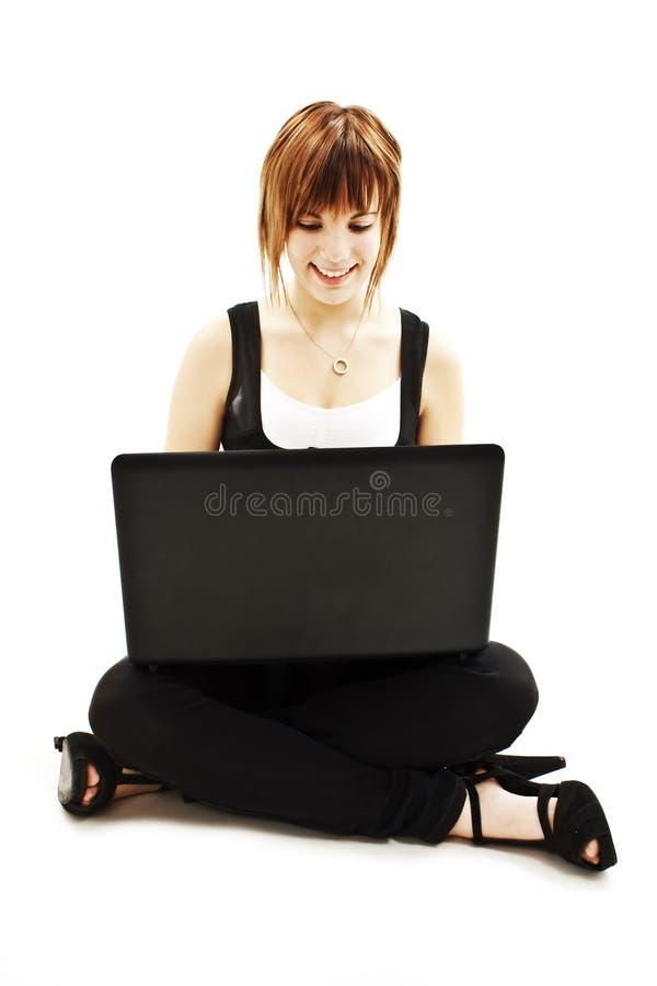 Jeune femme attirant à l'aide de l'ordinateur portable photos libres de droits