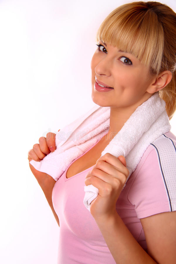 Jeune femme attirant avec l'essuie-main images stock