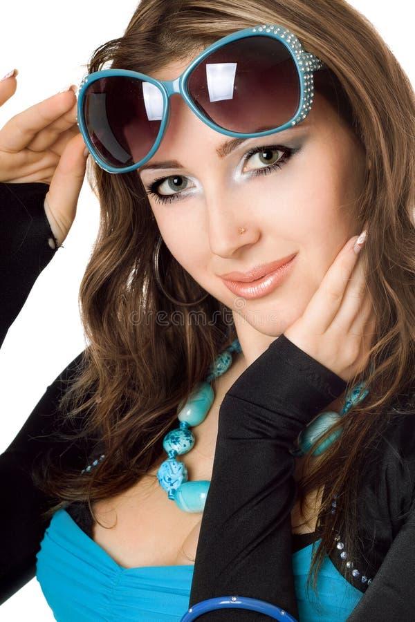 Jeune femme attirant dans des lunettes de soleil photos libres de droits