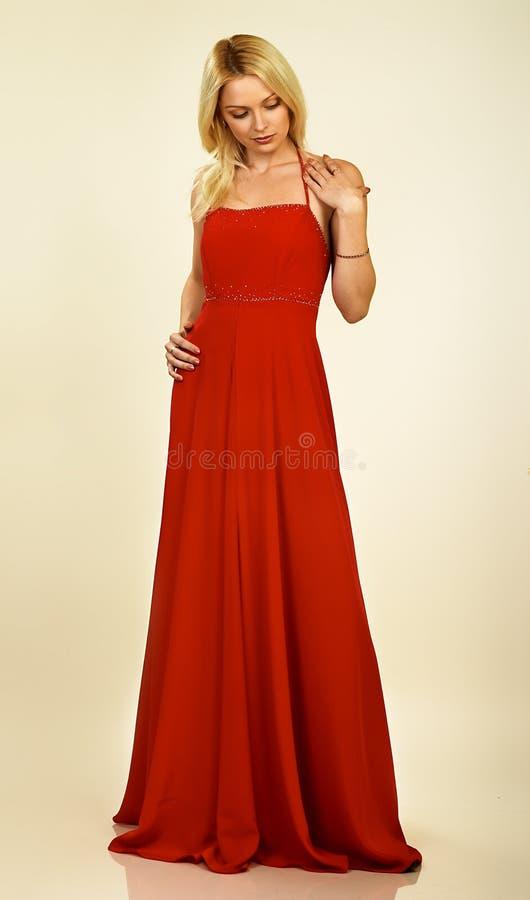 Jeune femme attirant dans la robe de soirée. Verticale. photographie stock