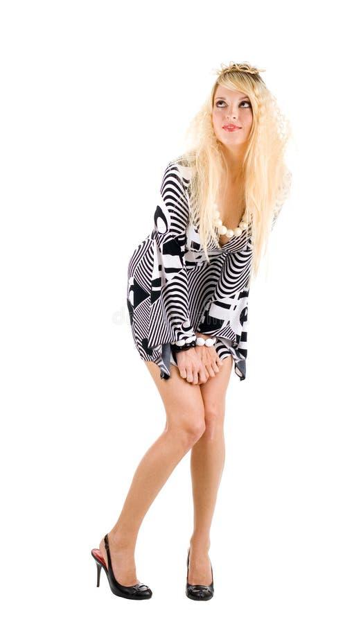 Jeune femme attirant dans la robe noir-blanche photographie stock