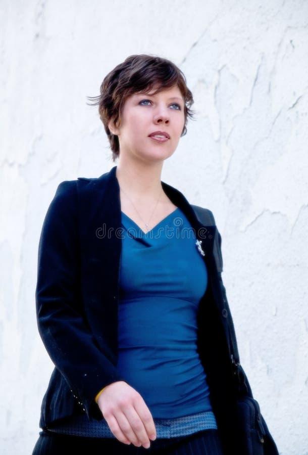 Download Jeune femme attirante image stock. Image du promenades - 737699