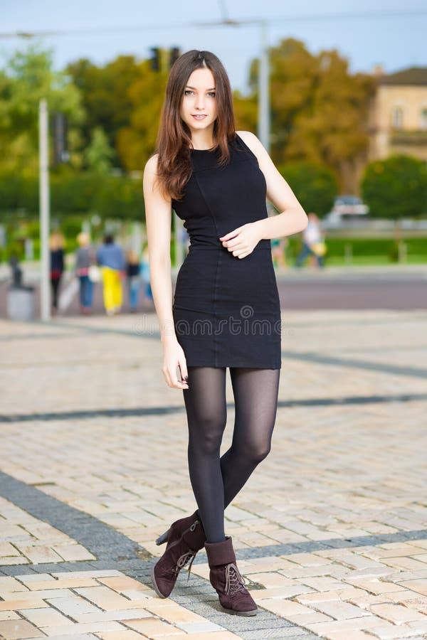 Download Jeune femme attirante photo stock. Image du luxe, initialisations - 76078540