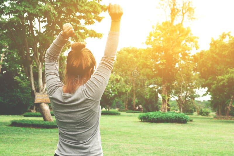 Jeune femme attirante appréciant son temps dehors en parc avec le su photos libres de droits